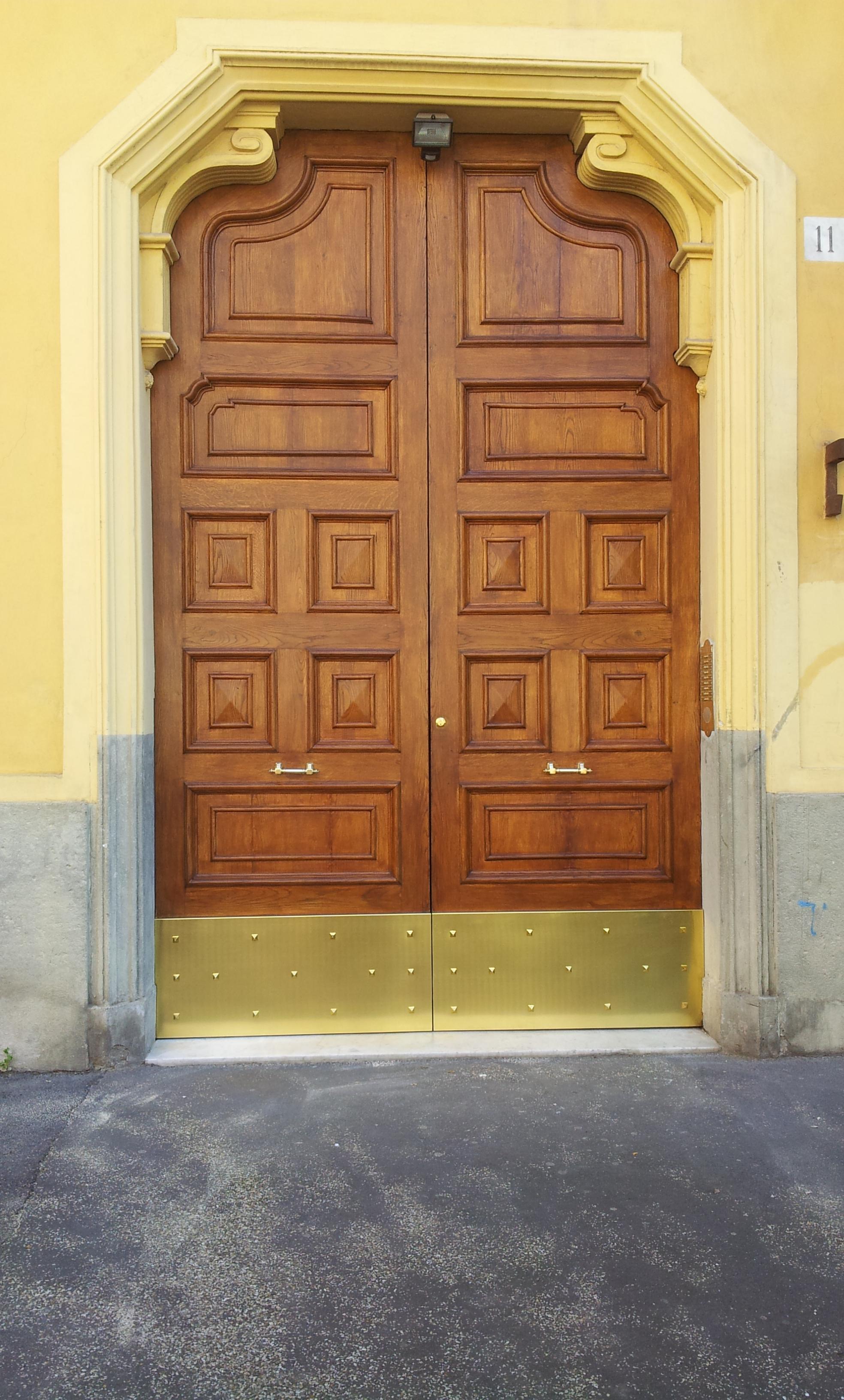 Restauro portone in legno condominiale via col di lana 11 restauro portoni in legno - Restauro finestre in legno ...