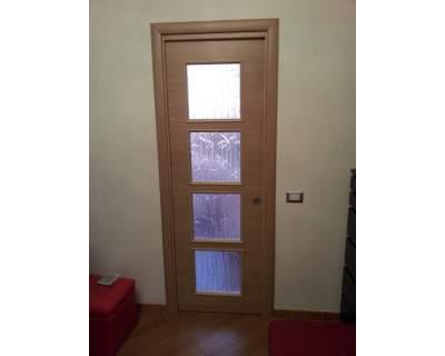 Porta laminata rovere sbiancato trasversale con quattro fori vetro porte per interni in legno - Porte per cucina ...