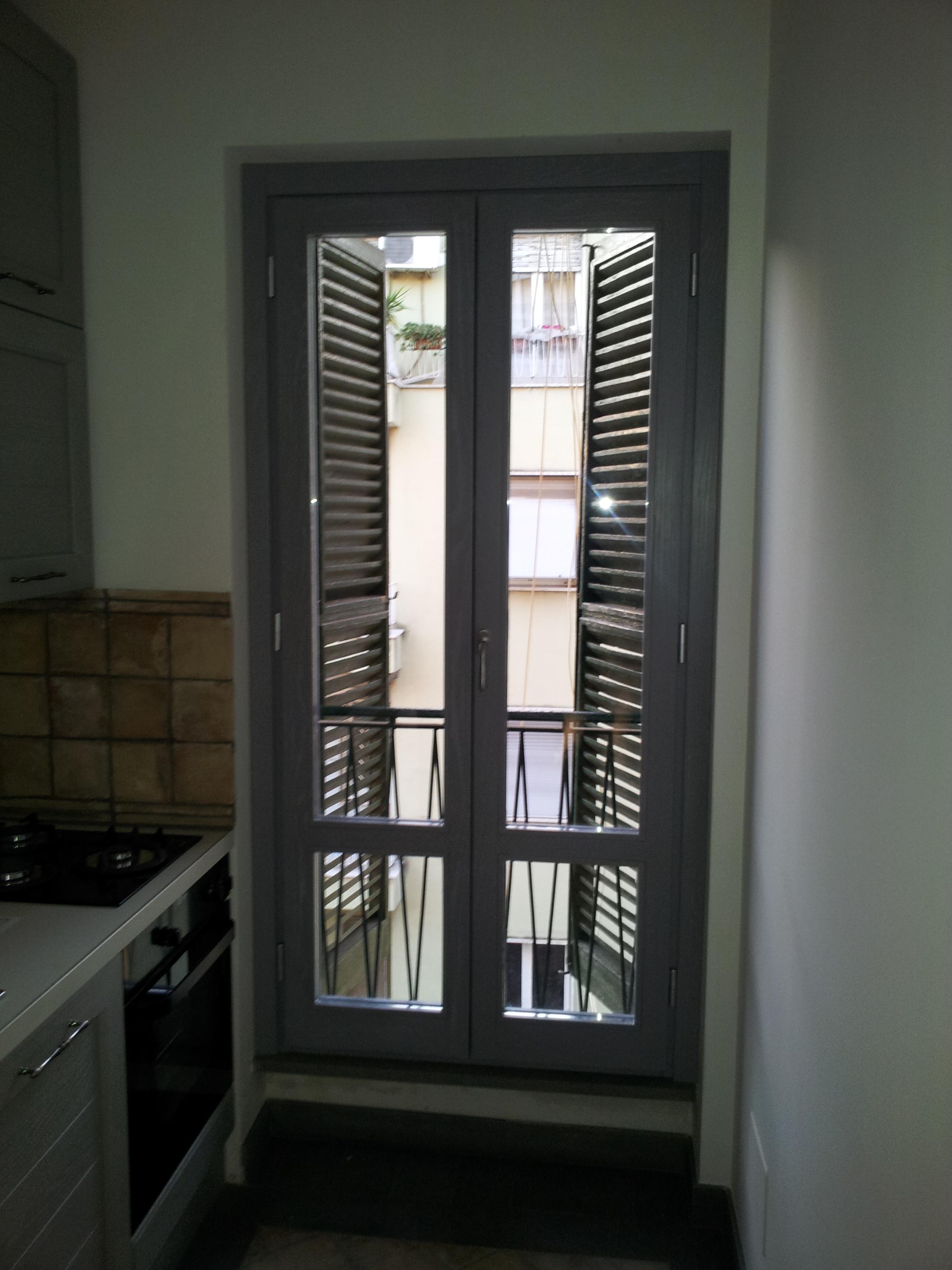 Finestre in legno lamellare di rovere decapate grigie - Restauro finestre in legno ...