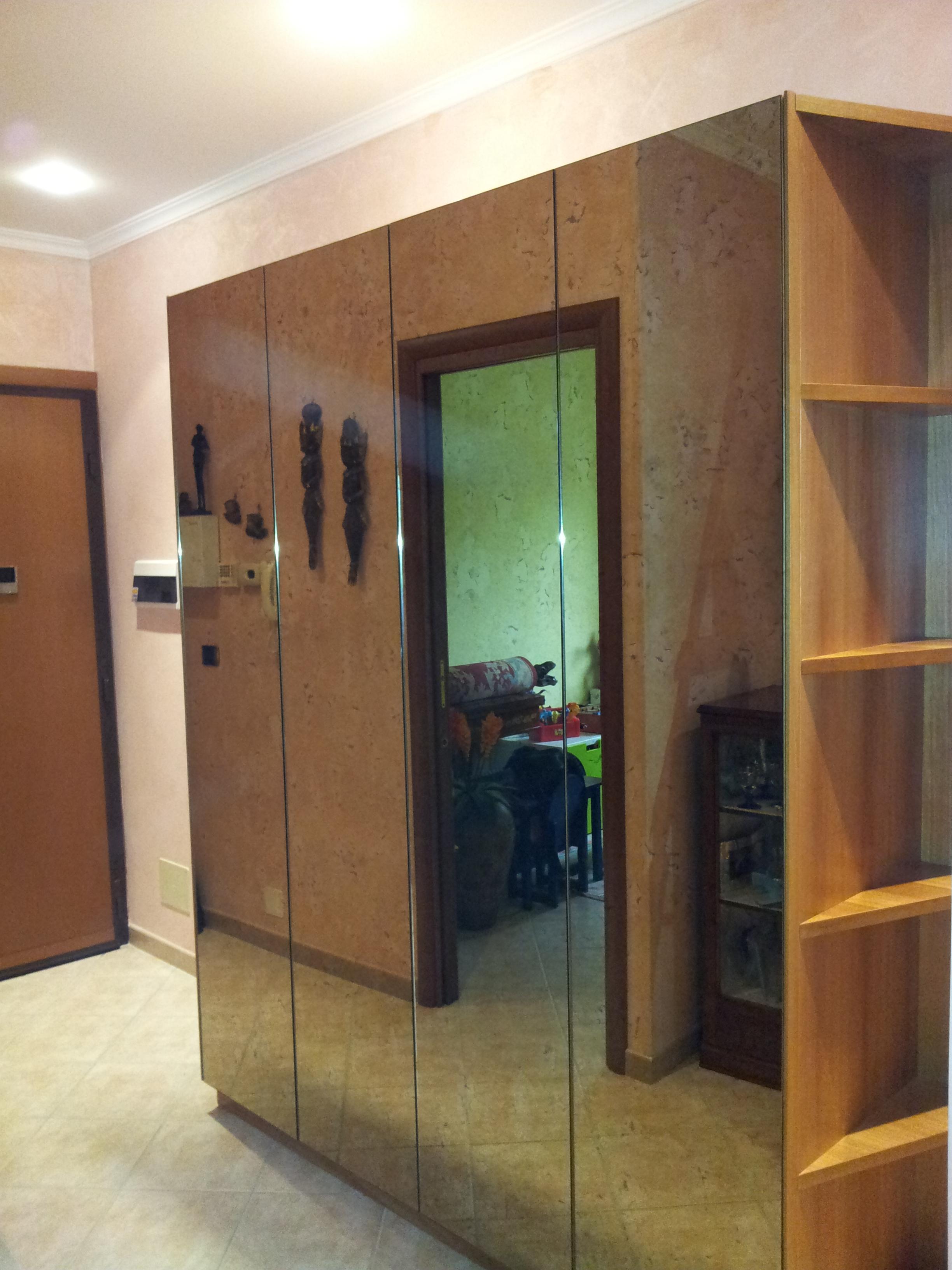 Armadio ingresso con specchi anticati in noce tanganica for Armadio ingresso