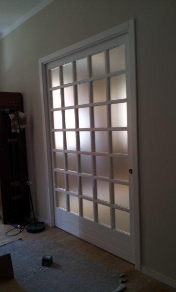 Porta scorrevole in legno massello di toulipier laccata ral 9010 porte per interni in legno - Porta scorrevole bianca ...