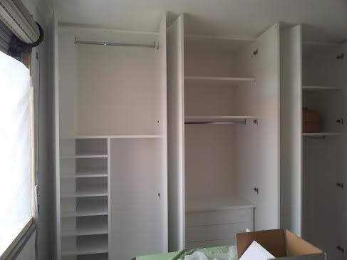 Interni di armadi interni in legno di stanza vuota in for Interno armadio a muro
