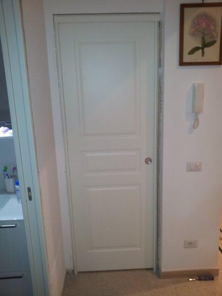 Porta in legno laccata ral 9010 con tre bugne porte per - Porte con bugne ...